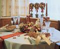 Образец новогоднего оформления празничного стола - свечи, декор и...