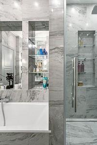 Продуманный дизайн ванной комнаты в сером цвете