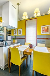 Яркая кухня, на которой всему нашлось место