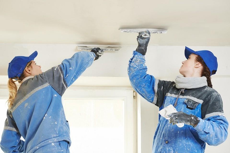 Чем лучше выровнять потолок: штукатуркой и шпаклёвкой или гипсокартоном?