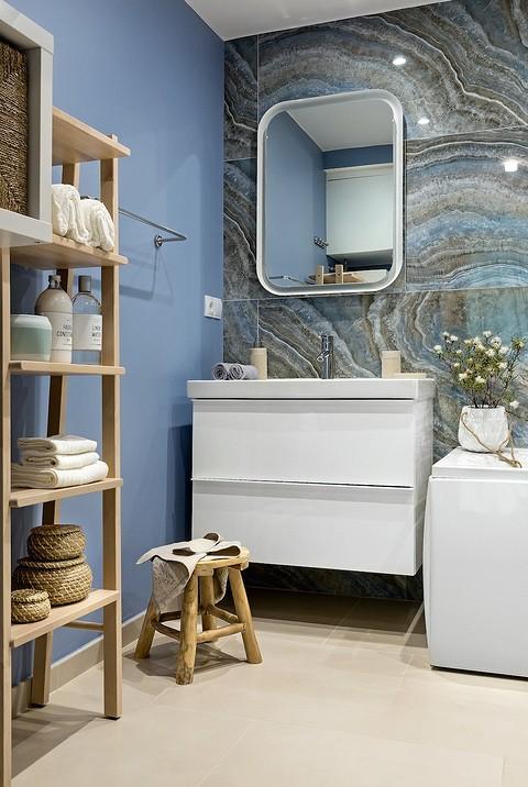 Стены ванной окрашены в голубо&...