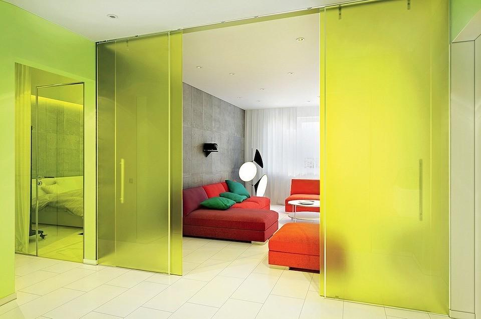 Яркая мебель и стеклянные перегородки: минималистичный интерьер с элементами поп-арта