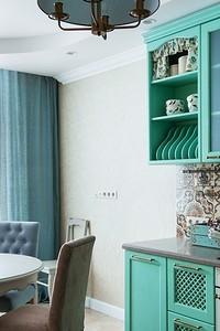 Интерьер кухни в стиле прованс с мятным гарнитуром и фартуком в стиле пэчворк