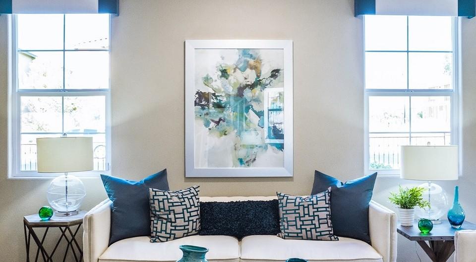 Как украсить стену над диваном: простые и сложные идеи