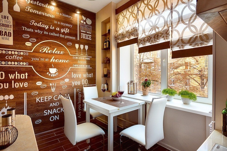 Кухня с римскими шторами и панно из ламината