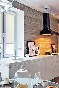 Белоснежная кухня, похожая на жилую комнату