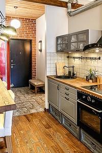 Очень маленькая, но яркая кухня в стиле лофт