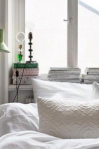Спинка кровати у окна: плюсы и минусы дизайнерского приема