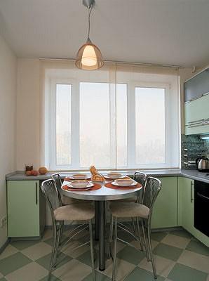 Кухня находится  на солнечной стороне,  в погожий день  в ней всегда много света. Чтобы не лишать ее столь ценного естественного освещения,  для штор была выбрана легкая полупрозрачная ткань