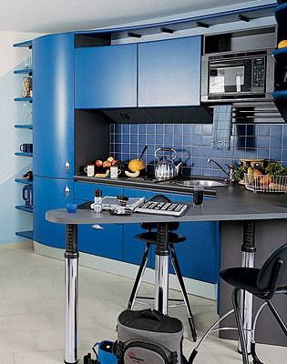 Гостиная  и кухня разделены условно,  без участия перегородок: переходами  от одного материала напольного покрытия  к другому  и разницей  в обстановке