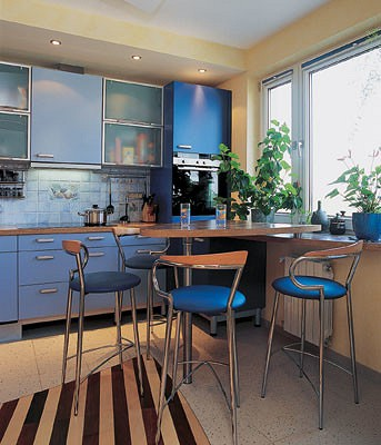 На кухне все размещено очень компактно: стол, объединенный  с подоконником,  и барные стулья занимают совсем небольшое пространство, техника и шкафы встроены