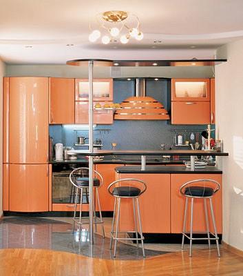 У<nbsp/>дальней стены<nbsp/>-  комплект кухонной мебели  с барной стойкой (гарнитур <firm id=