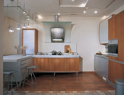 Высота потолка (3,05<nbsp/>м) позволила разместить под гипсокартонной конструкцией трубы и решетки приточно-вытяжной вентиляции. Кухня Free Play дарит ощущение свободного пространства, динамизма  и легкости благодаря концептуальным дизайнерским  и конструктивным решениям,  а также тщательной проработке деталей