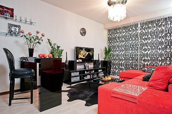 Цветовые и фактурные контрасты, перепады высот, яркое освещение придают дизайну гостиной остроту