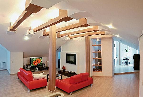 Гармонии интерьера мансарды архитектор достиг благодаря грамотно подобранной цветовой палитре<nbsp/>- светлой и спокойной. В<nbsp/>зоне отдыха яркие акценты вносят итальянские кожаные диваны сочного красного цвета