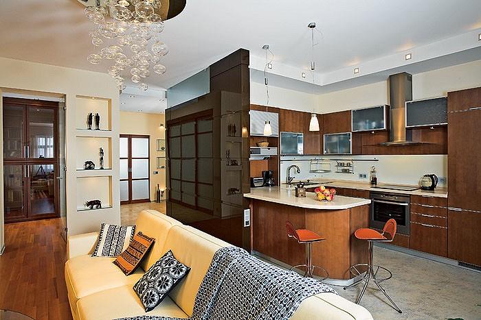 Кухонная зона рассчитана таким образом, чтобы вся бытовая техника была под  рукой; шторка прикрывает отсек с кофемашиной