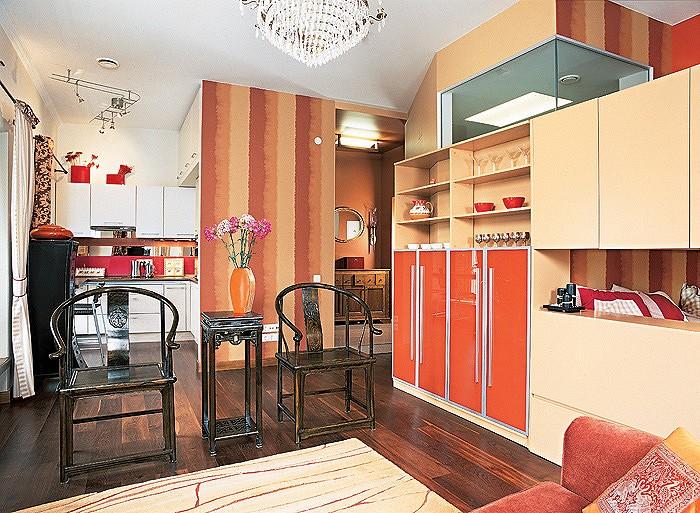 Многообразие цветовых контрастов делает интерьер более объемным. Примечательно, что окраска участка стены между кухней и прихожей повторяет рисунок обоев в спальном уголке