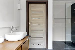 Какую дверь поставить в ванную комнату: виды, материалы и стандартные размеры