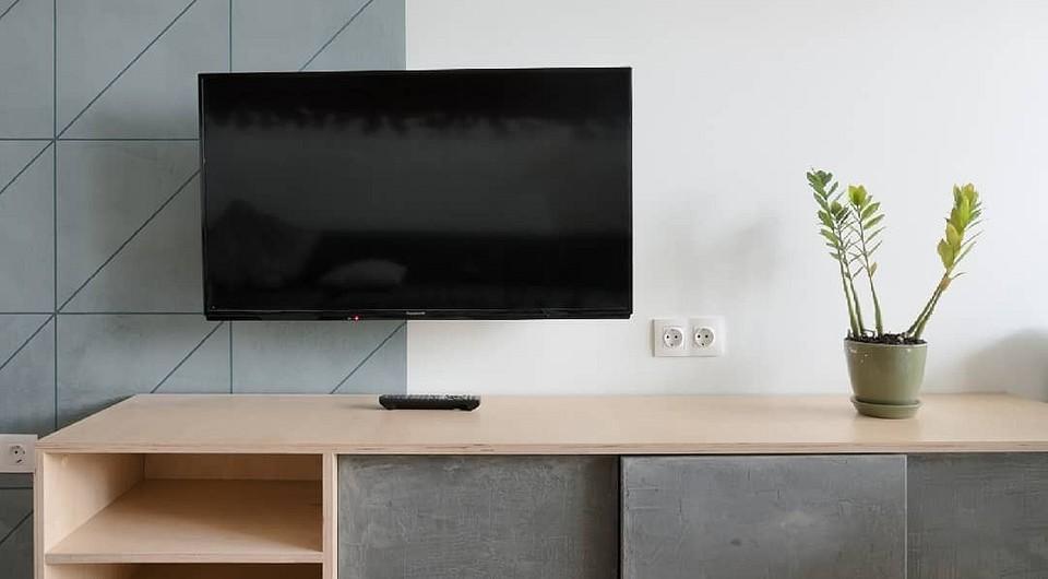 Телевизор на стене в гостиной: 6 вариантов оформления, которые вы оцените