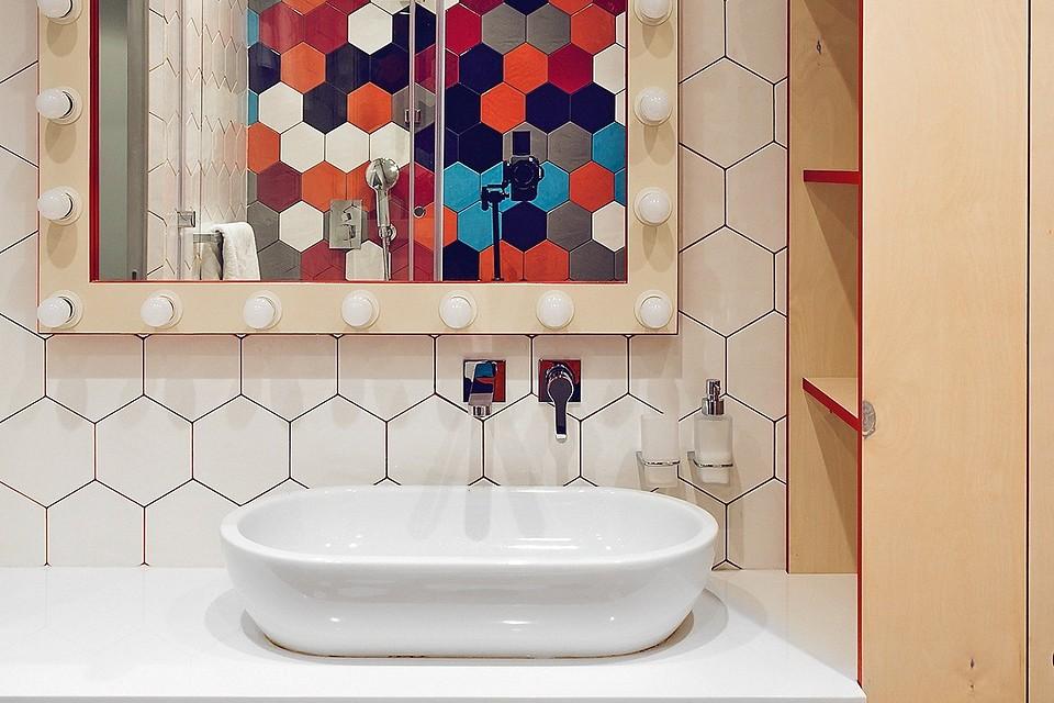 Жизнерадостный интерьер ванной с разноцветной плиткой и красной затиркой