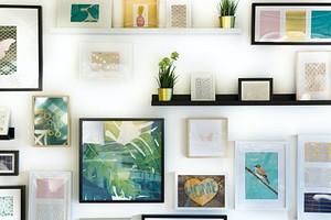 Без дыр и гвоздей: 8 надёжных способов повесить картину на стену