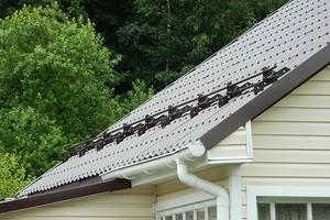 Как правильно устанавливать снегозадержатели на крышу