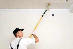 Как правильно красить потолок валиком: инструкция для новичков