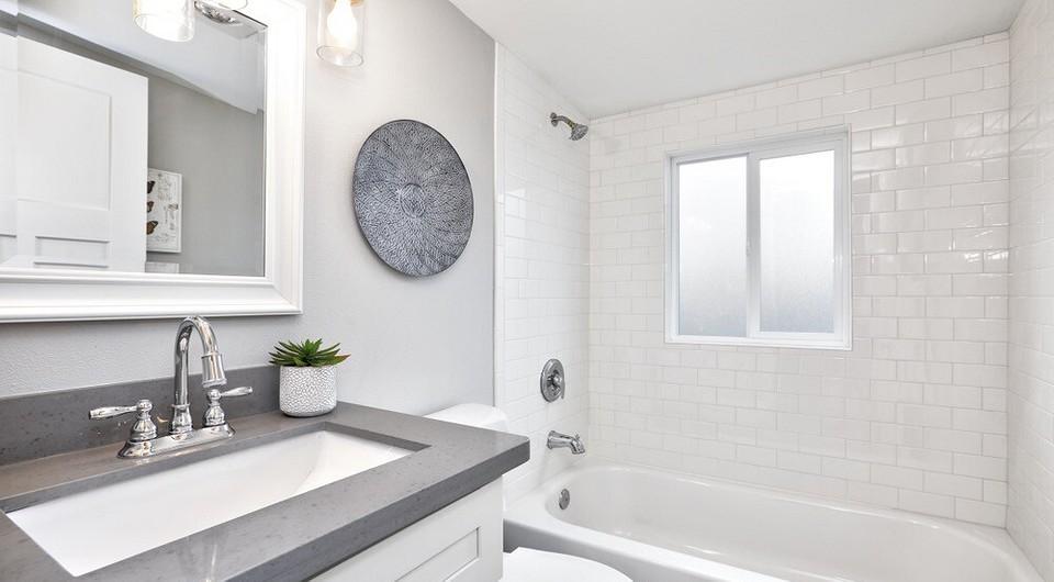 Окно между ванной и кухней в хрущевке: зачем оно нужно, как его убрать или интересно оформить