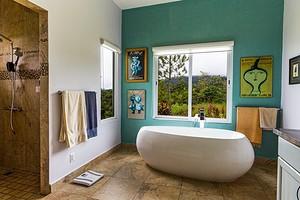 От мягкой мебели до золота в отделке: 6 неожиданных решений для оформления ванной комнаты