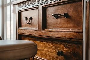 Быстрые и простые способы починить шатающийся стол, поврежденный провод и еще 5 частых проблем в доме