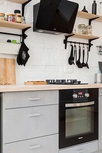 Как дизайнеры оформляют кухни в сталинках: 6 интересных идей из проектов