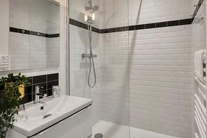 Безрамные стеклянные перегородки для ванны и душевой: за и против + советы по уходу