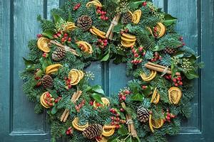 Как украсить дверь к Новому году: 5 самых красивых вариантов
