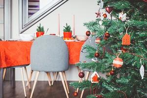 5 идей для украшения елки в популярных интерьерных стилях