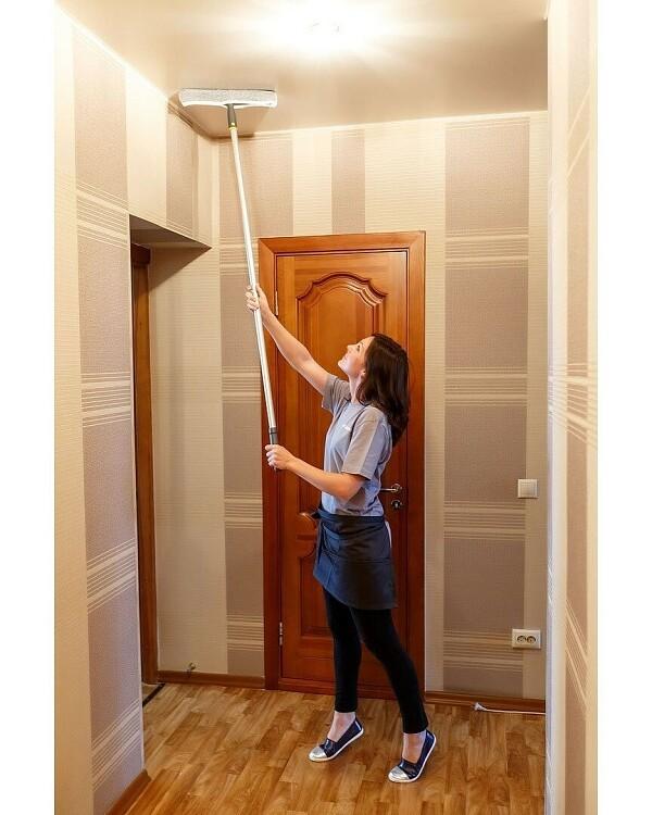 Мыть потолок с помощью швабры н...