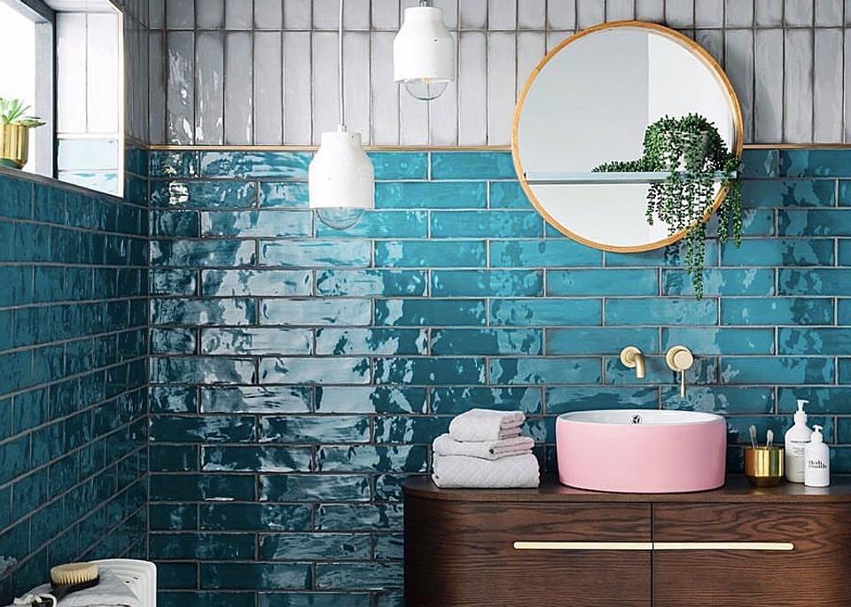 Не только белый: 12 примеров ярких ванных комнат