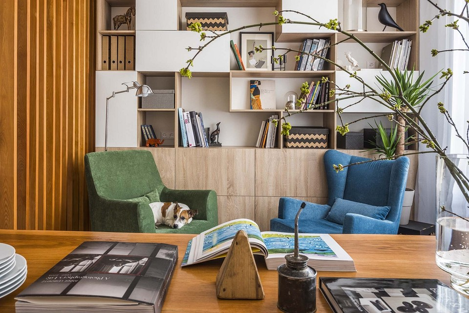 Небольшая квартира в скандинавском стиле: светлые стены, деревянная отделка и яркая мебель