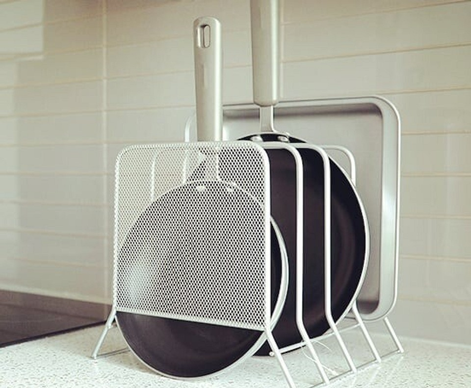 Как хранить сковородки: 10 свежих идей
