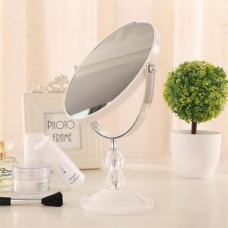 Зеркало для макияжа белого цвета