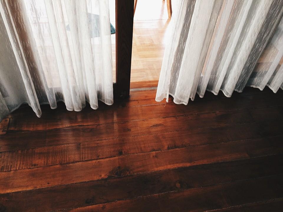 Выбираем декоративные шторы на дверной проём: советы по дизайну и 70 интересных примеров