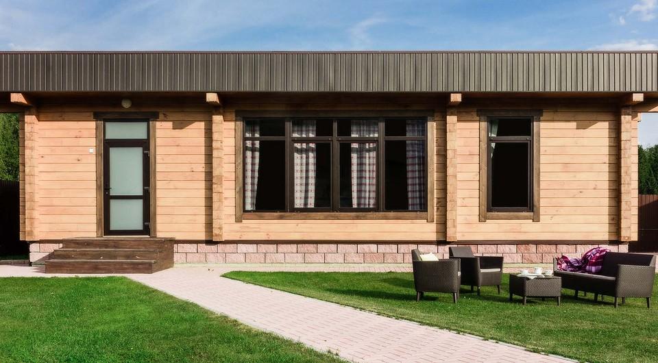 Деревянные стены, яркая мебель и современная живопись: интерьер маленького дома в деревне