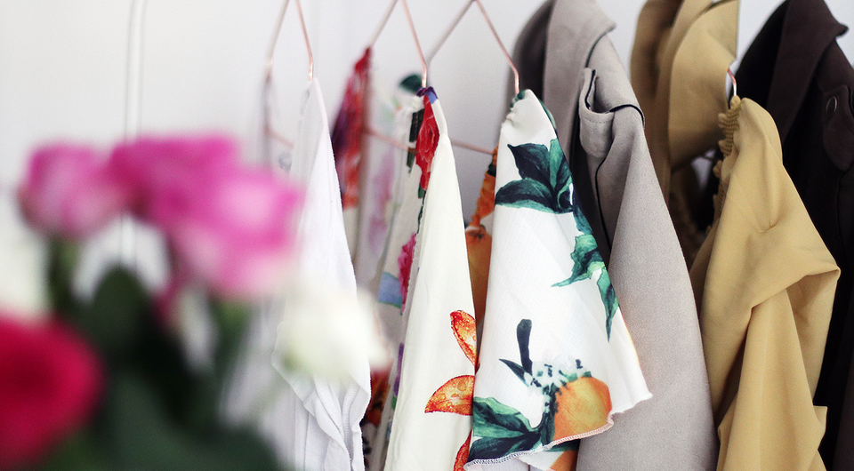 Обустраиваем открытую гардеробную: 6 видов вешалок и советы для правильного хранения