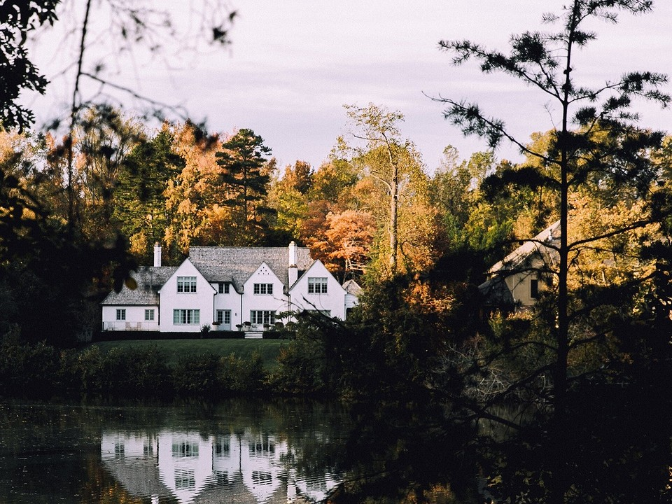 От фундамента до утепления стен: строительство дома из керамзитоблоков