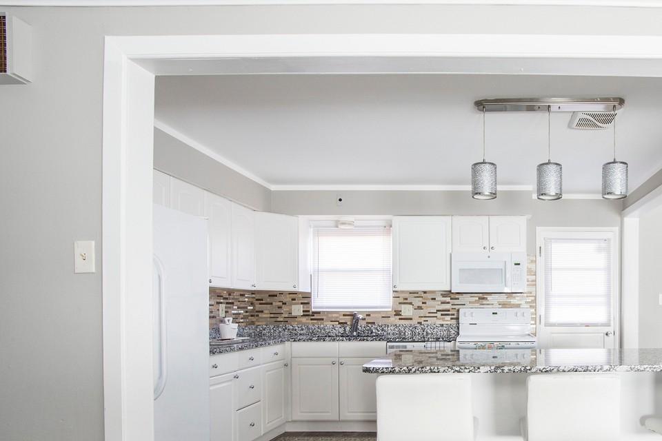 Оформляем кухню-гостиную с барной стойкой: советы по зонированию и выбору мебели