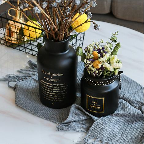 Черная ваза из матового стекла