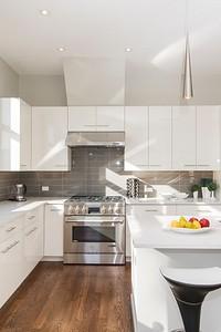 Практичная или красивая: все об интерьере кухни с фасадами «белый глянец»