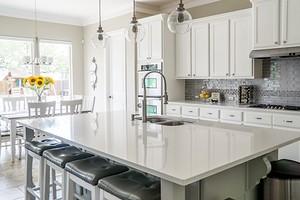 Светлая кухня в классическом стиле: как создать интерьер, который не устареет