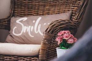 9 плетеных предметов мебели и аксессуаров для уютного летнего интерьера