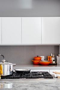 Серо-белая кухня: советы по правильному оформлению и 70 примеров