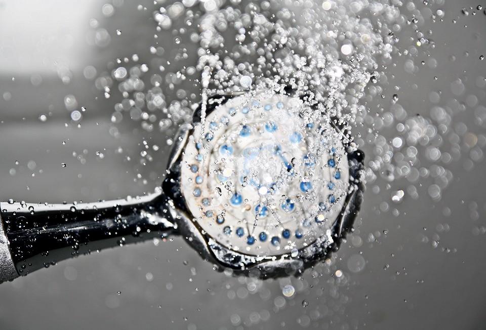 Как выбрать смеситель с душем для ванной комнаты: разбираемся в видах и особенностях